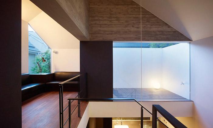 Japonský dům zbetonu skrývá nápaditý interiér