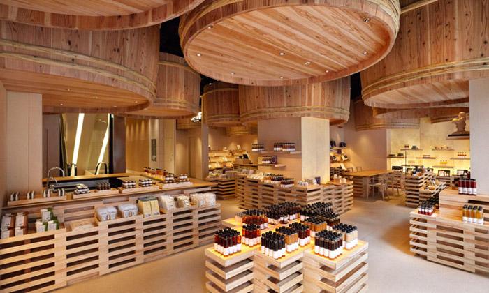 Kengo Kuma ozdobili interiér obchodu obřími sudy