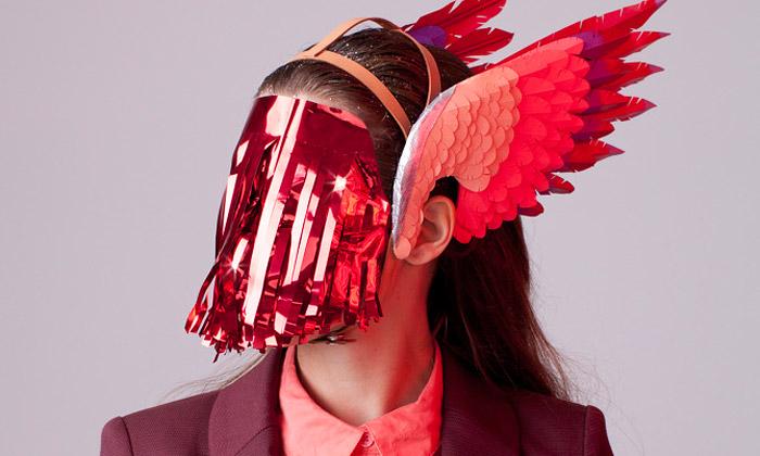 Lacy Barry vytváří extravagantní čelenky zpapíru
