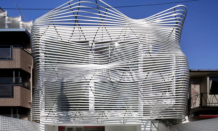 Tokijská budova zahalena vlnitým kovovým závojem