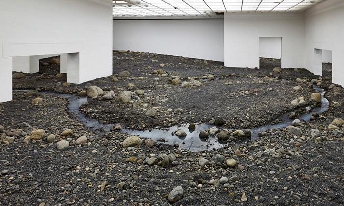 Eliasson vystavuje řeku vmuzeu pokrytém kamením