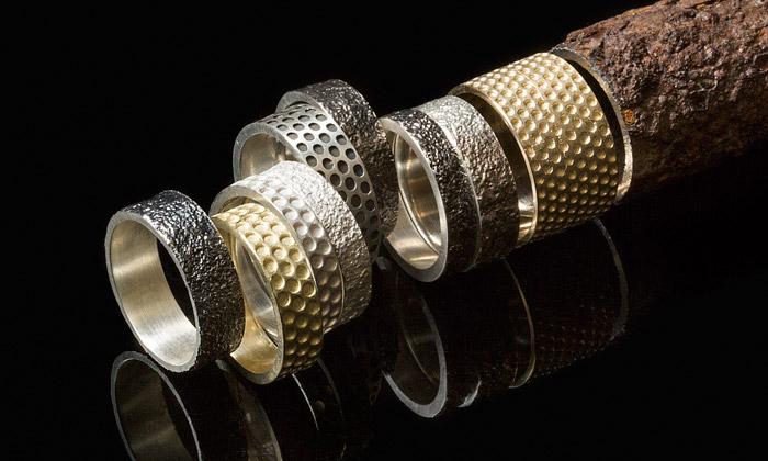 Bezděková tvoří prsteny sotisky reproduktorů arzi