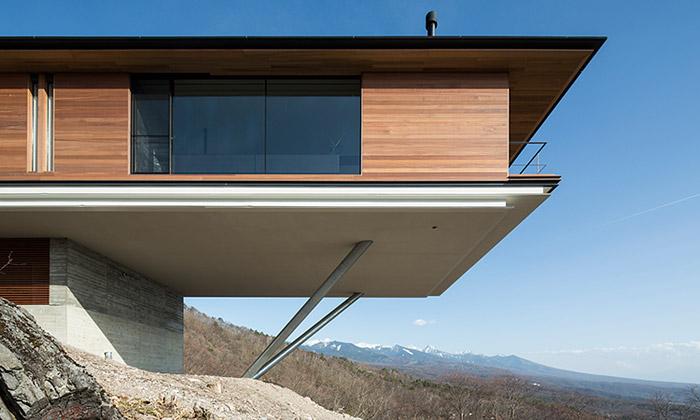 Japonský dům vYatsugatake sevznáší nad krajinou