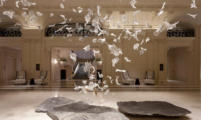 Umělecká plastika Dancing Leaves v pařížském hotelu Peninsula