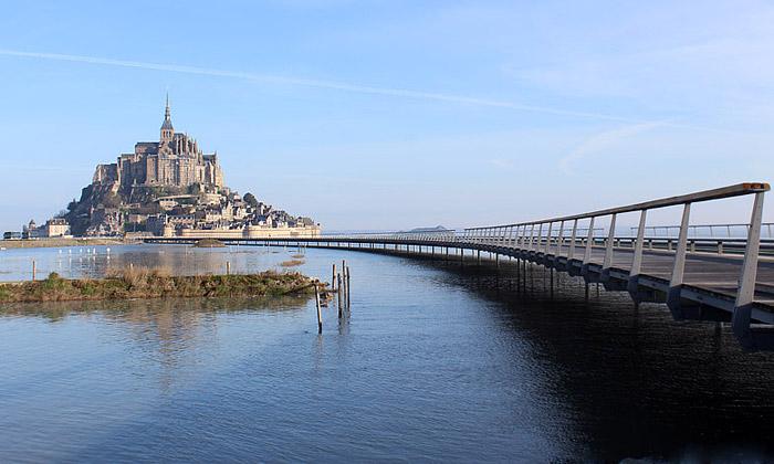 Most propojil ostrov Mont Saint-Michel spevninou