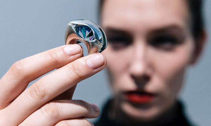 Čermáková vystaví poprvé vČesku své sci-fi šperky
