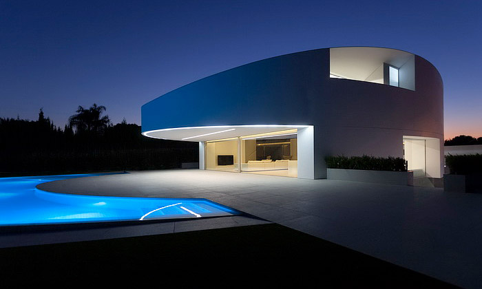 Casa Balint jeoválná vila vminimalistickém designu