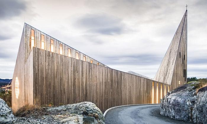 Norský Knarvik si postavil moderní kostel ze dřeva