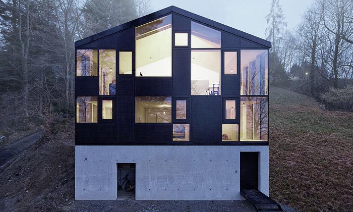 Rakouský domek si dokola obestavěli navelký dům