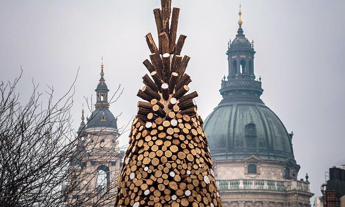 Budapešť ozdobil vánoční strom z5000 kusů polen