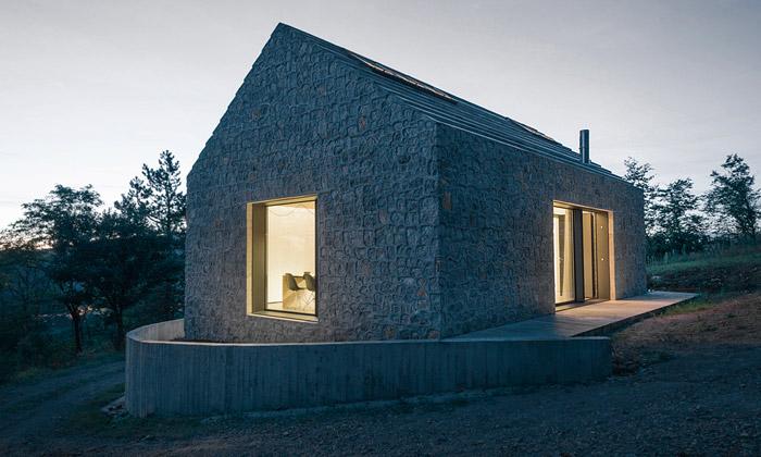 Karst House jemalý moderní dům vtradičním duchu