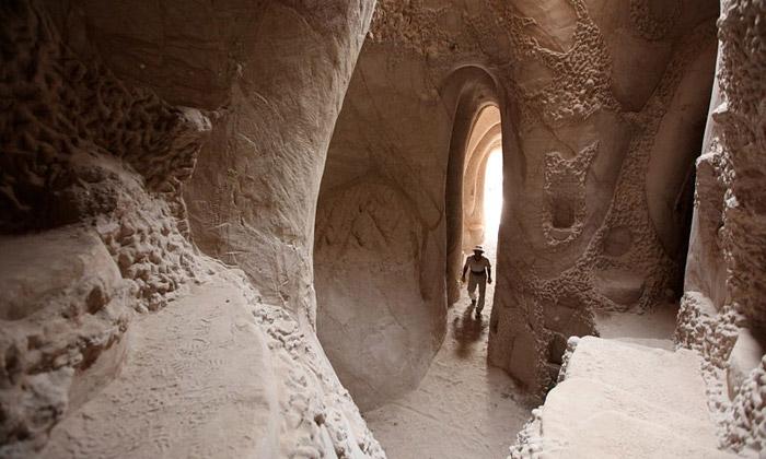 Ra Paulette ručně kope azdobí pískovcové jeskyně