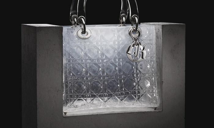 Výtvarné kabelky zbetonu izlata ukázány vPraze