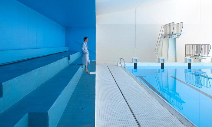 Bazén vPaříži dostal moderní interiér iletní terasu