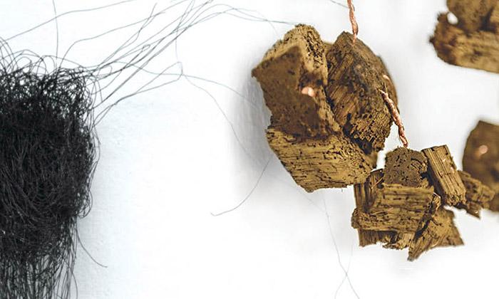 Skryté síly vystavují šperky zpřírodních materiálů