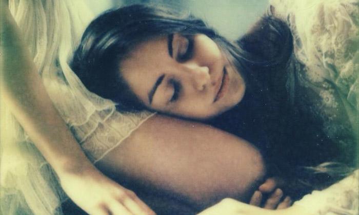 Cristina Altieri vystavuje vPraze smyslné polaroidy