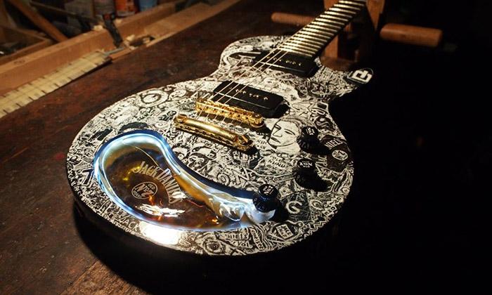 Jackova kytara sezabudovanou láhví jde doaukce