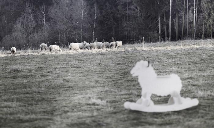 The Three Trees navrhli zdobenou houpací ovci