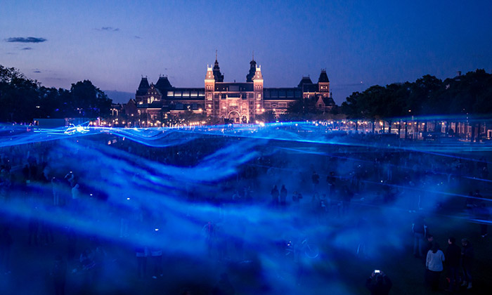 Daan Roosegaarde zaplavil náměstí vAmsterdamu