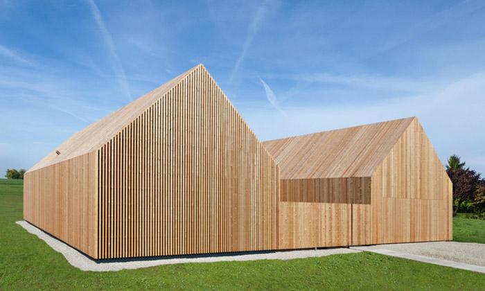 Německý venkov ozdobil dům sdřevěnou fasádou