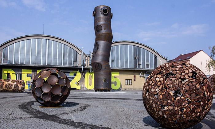 Čestmír Suška vystavuje vPlzni sochy irozhledny