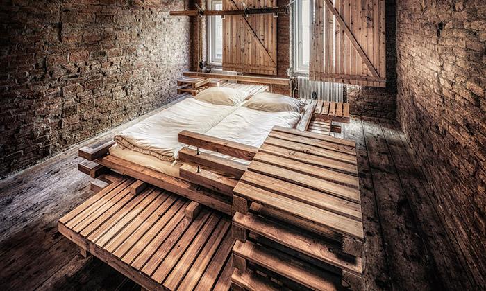 Ve Vídni vznikly pokoje pro hosty zdřevěných palet