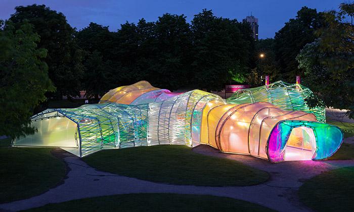 Serpentine Gallery otevřela pavilon zářící barvami