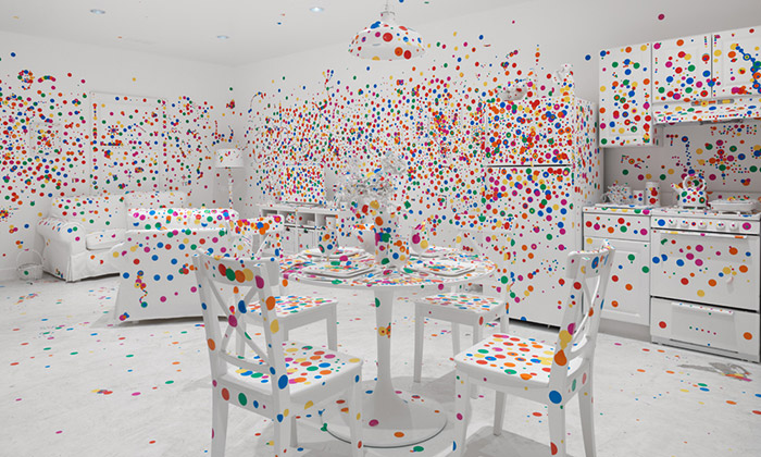 Yayoi Kusama pokryla bílý pokoj barevnými tečkami