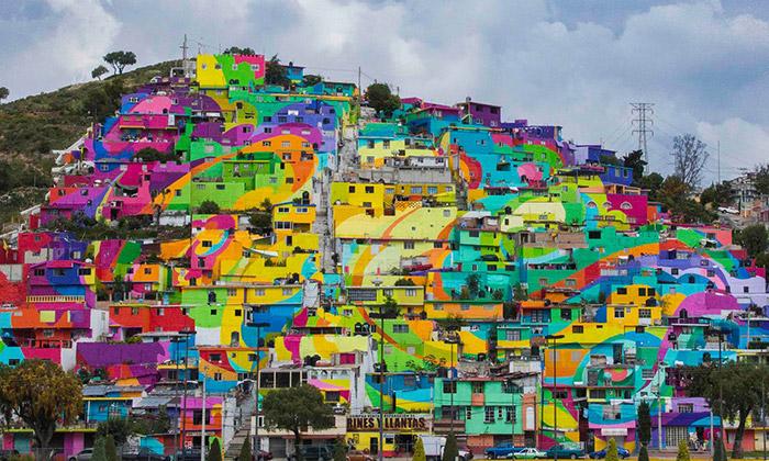 Mexická vesnice duhově zbarvila fasády 200 domů