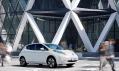 Budova od Foster + Partners s vozem Nissan Leaf