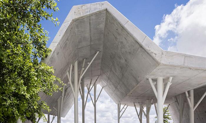 Na hřbitově uTel Avivu postavili zlámaný přístřešek