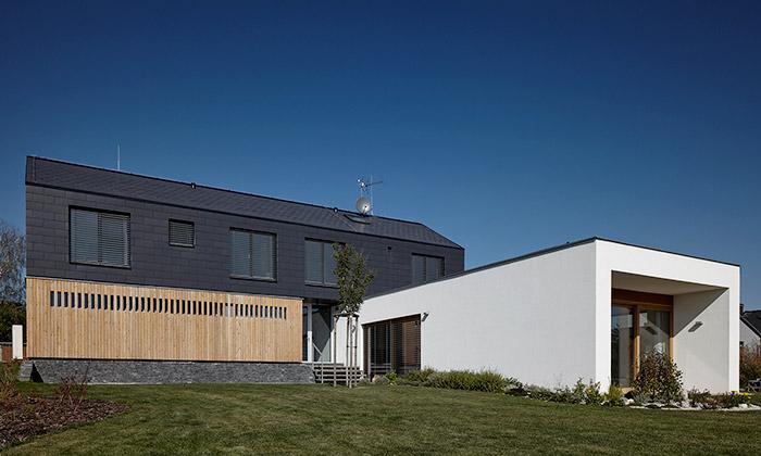 V Nučicích vyrostl rodinný dům ze tří různých kostek