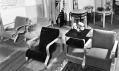 Historické fotogrrafie interiéru s nábytkem a svítidly Artek