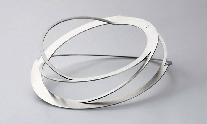 Klára Šípková vystavuje své minimalistické náramky