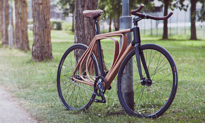 Schmutz navrhl kolo střívrstvým dřevěným rámem