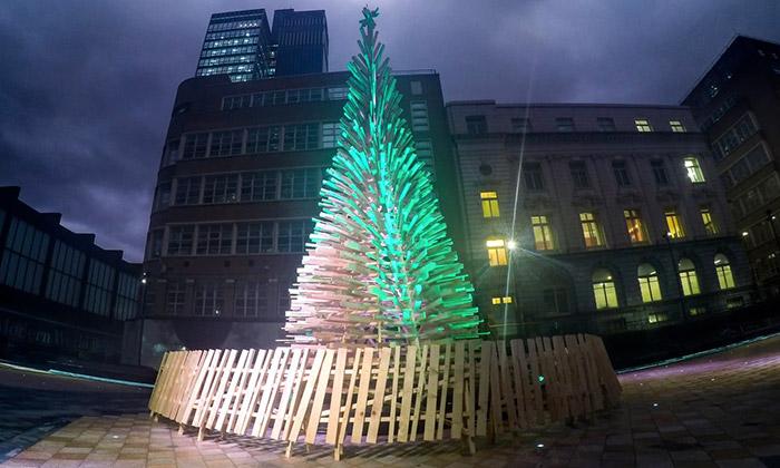 Londýn aBudapešť ozdobily dřevěné vánoční stromy