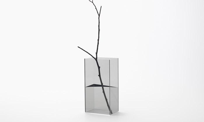 Nendo navrhlo vázy simaginární vodní hladinou