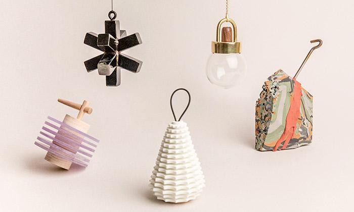 34 vánočních ozdob od 34 designerů na podporu MOCAD