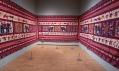 Pohled do expozice výstavy The Fabric of India v Victoria & Albert Museum v Londýně