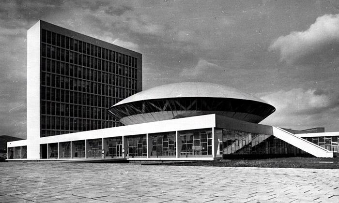 Vladimír Dedeček vystavuje architektonickou Práci
