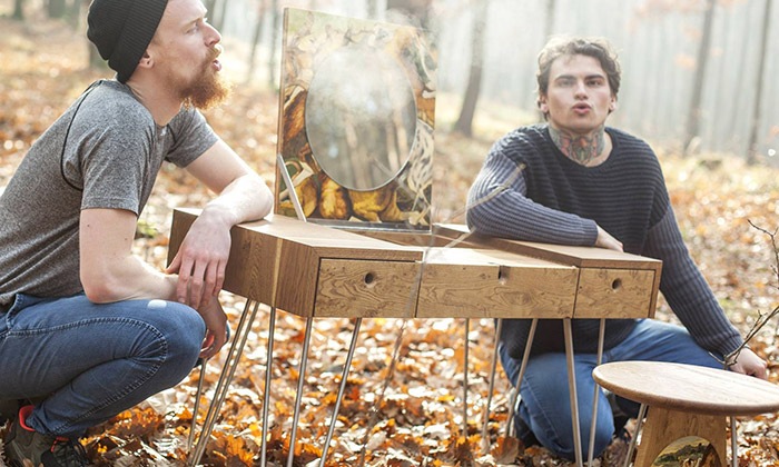 Roman Kvita a Dominik Běhal s jejich kolekcí nábytku Narki Hunting Season