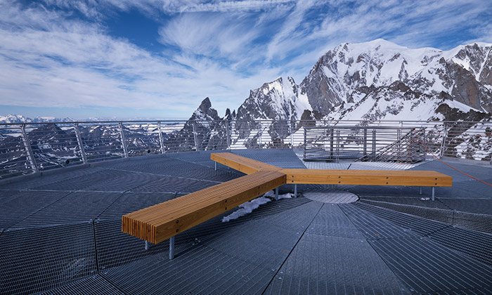 Mmcité a lavička na vyhlídce na Mont Blanc ve výšce 3462 metrů