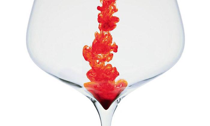 Patrik Illo vystavuje vPraze nápojové ivýtvarné sklo