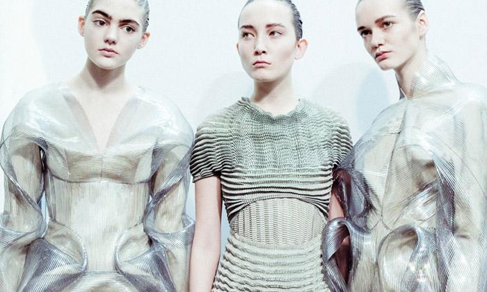 Iris van Herpen předvedla snivou módní kolekci Lucid