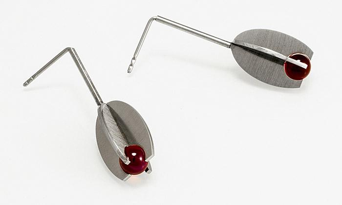 Jara design vkvětnu vystaví minimalistické šperky