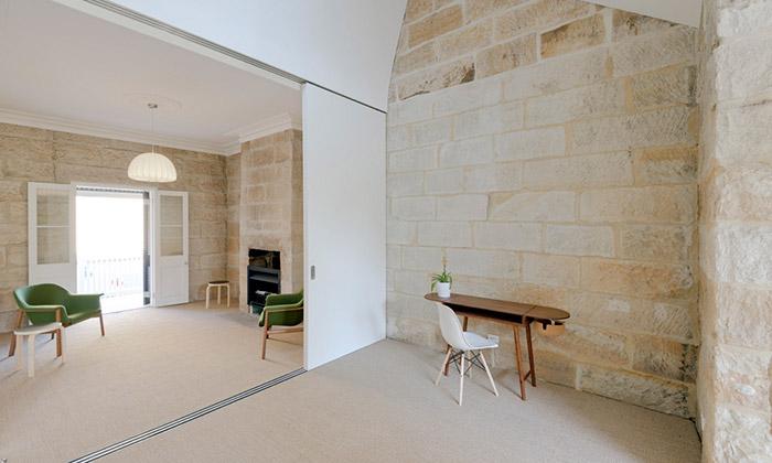 Sandstone Cottage zpískovce dostal moderní interiér