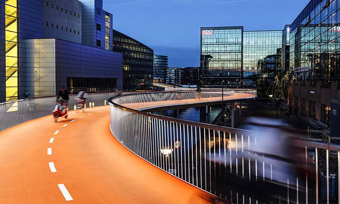 Kodaň zdobí oranžový cyklistický most Bicycle Snake