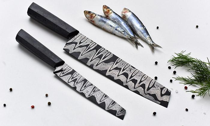 Echtkovář tvoří nože sbetonovou rukojetí isvítidla