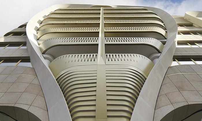 UNStudio postavilo vBruselu obytný zlatavý komplex
