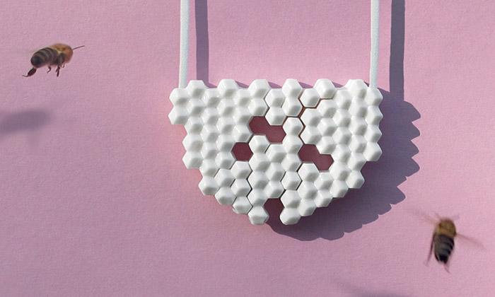 Lenka Mičolová navrhla šperky inspirované plástvemi